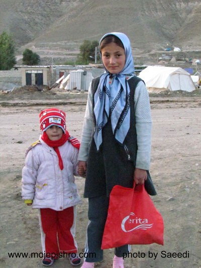 توزیع شامپو و کلاه بافتنی در منطقه زلزله زده آذربایجان