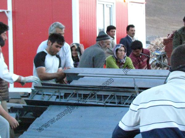زلزله آذربایجان توزیع تیرچه کرومیت در روستای زنگ آباد